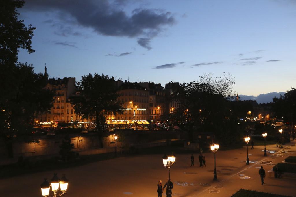 """<img alt=""""Paris at night""""/>"""