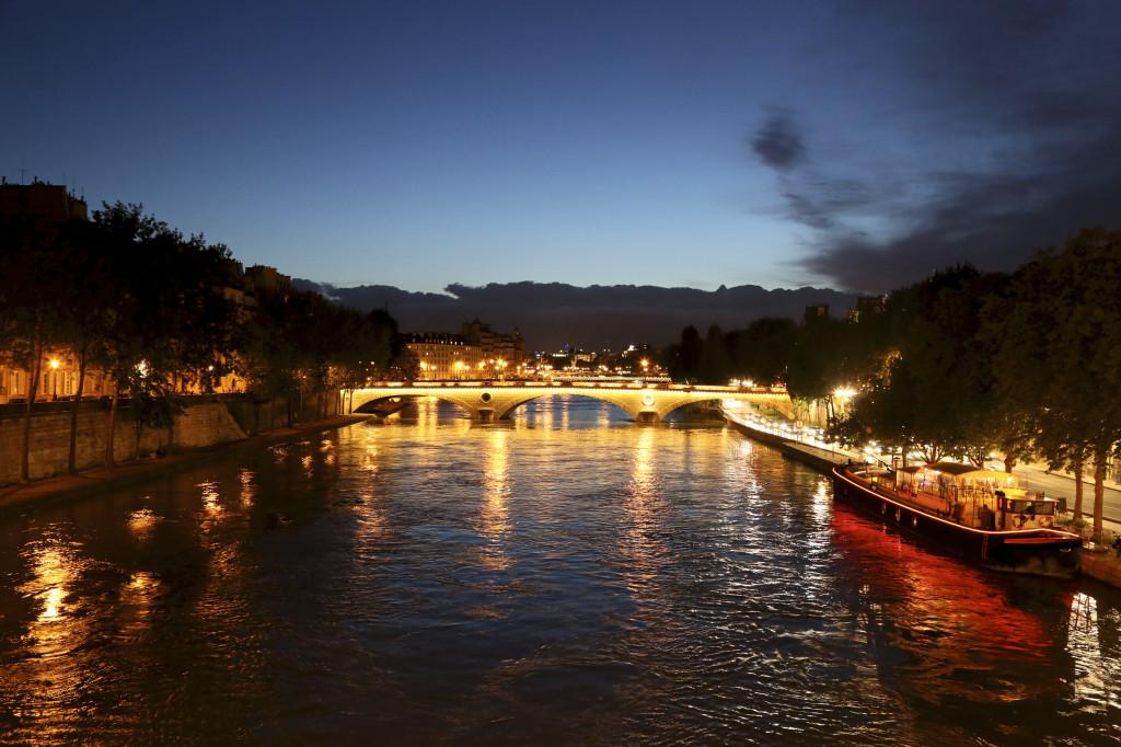 "<alt img=""Night Lights on the Seine Paris""/>"