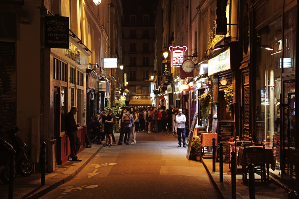 "<alt img=""Night Owls on Rue Gregorie de Tours""/>"