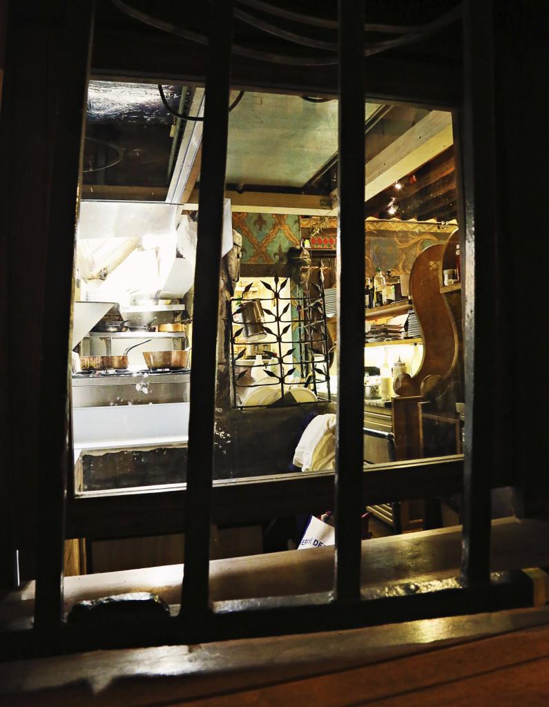 """<img alt=""""Paris Night Kitchen""""/>"""