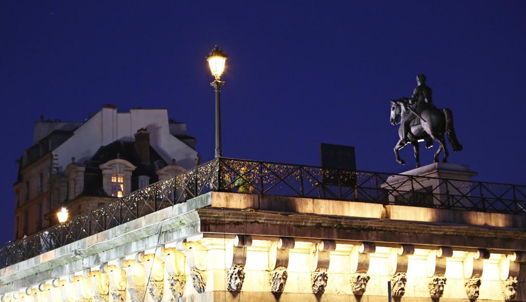 "<alt img=Paris Streetlight at Pont Neuf""/>"