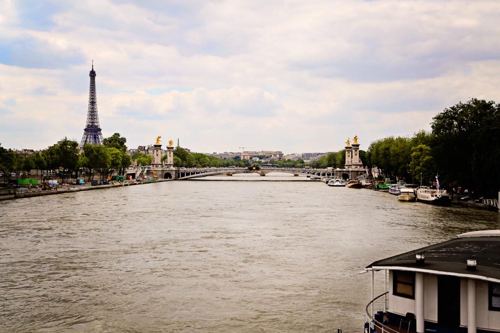 "<alt img=""The Eiffel Tower""/>"