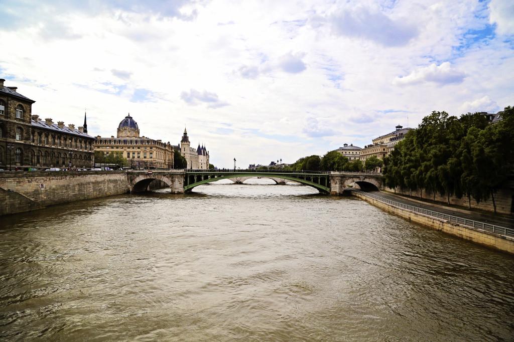 """<img alt=""""Pont notre Dame Paris""""/>"""