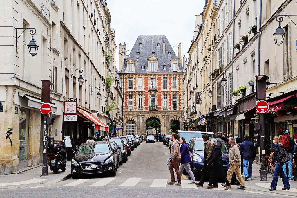"<img alt=""Rue Saint-Antoine Le Marais""/>"