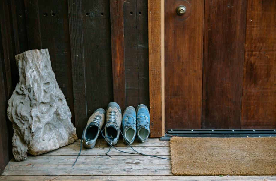 "<alt img=""Hiking Shoes ""/>"