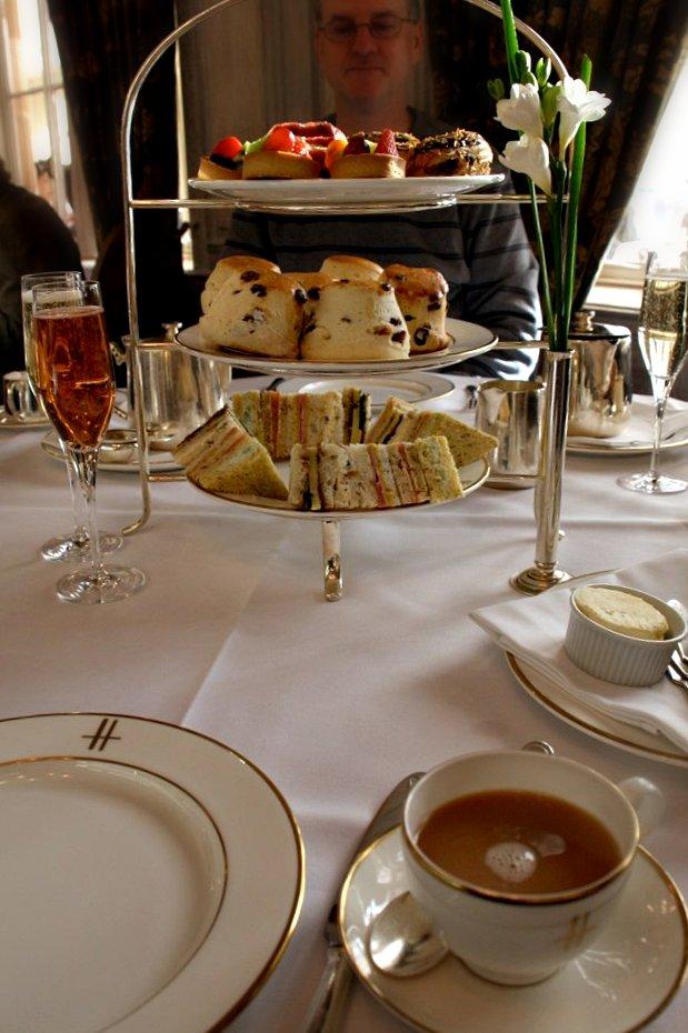 """<alt img=""""Tea at Harrod's""""/>"""
